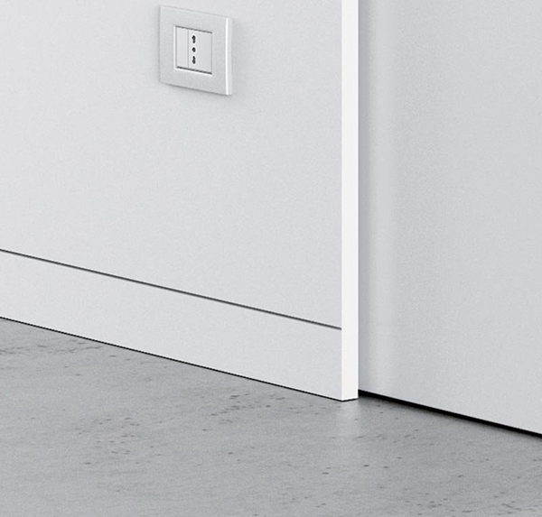 Retractable flush-to-the-wall skirting board